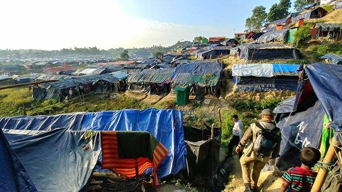 Walking through camp Rohingya